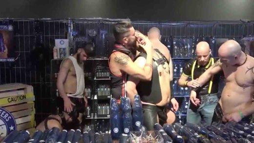 suruba gay com muitos machos tesudos e fedidos