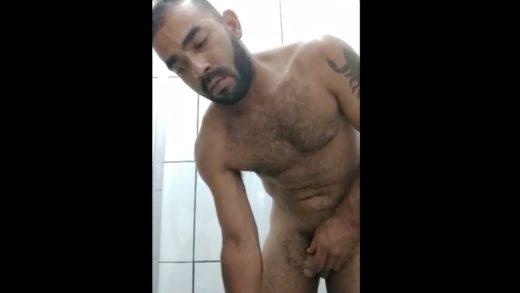 gay baixinho batendo punheta