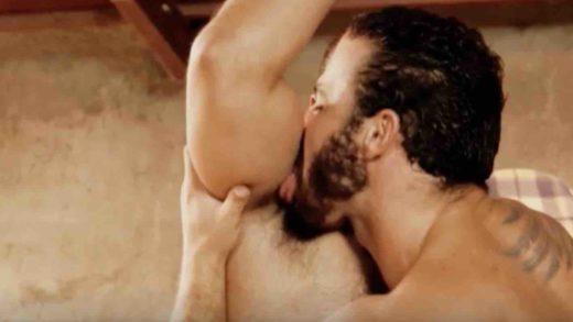 Macho lambendo axila de macho