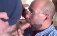Hétero casado chupa rola de macho