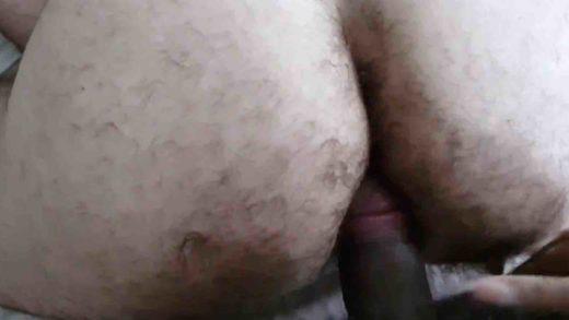 macho com o cu peludo dando a bunda