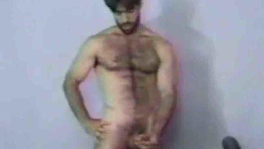 um macho peludo pelado com a mão na rola